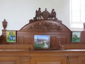 Onder het paneel van Het Laatste Avondmaal de schilderijen.